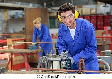 trabajador industrial, llevando, orejeras, y, gafas de protección