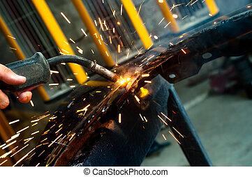 trabajador industrial, soldadura, con, chispas