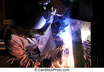 trabajador industrial, soldar acero, estructura, en, fábrica, balneario