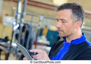 trabajador industrial, utilizar, tableta