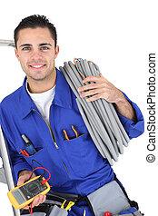 trabajador, proceso de llevar, cablegrafiar, enroscado, alrededor, el suyo, hombro