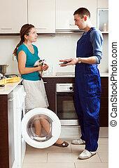 trabajador, reparación, un, lavadora, para, mujer