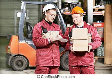 trabajadores almacén, delante de, carretilla elevadora
