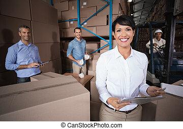 trabajadores almacén, preparando, embarque