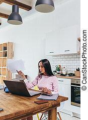 trabajadores autónomos, mujer mirar, en, documentos, y, usar la computadora portátil, para, trabajo
