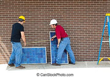 trabajadores, con, paneles solares