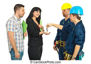 trabajadores, dar, llaves, a, pareja