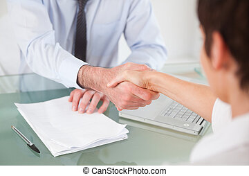 trabajadores, teniendo, apretón de manos, oficina