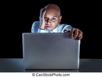 trabajando, computador portatil, enfatizado, joven, tarde,...