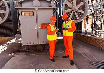 trabajando, eléctrico, dos, juntos, ingenieros