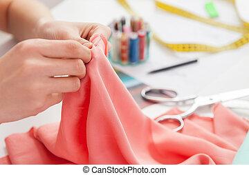 trabajando, ella, sentado, imagen, costura, cortado, mientras, sastre, lugar, sewing.