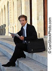 trabajando, sentado, joven, elegante, escaleras, hombre