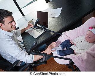 trabajando, toma, bebé, casa cuidado, hombre