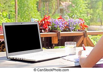 trabajo del hogar, tabla, con, computador portatil, en, terraza