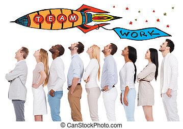 trabajo en equipo, es, un, llave, a, success., vista lateral, de, positivo, diverso, grupo de las personas, en, listo casual, uso, mirar hacia arriba, mientras, posición, consecutivo, y, contra, fondo blanco