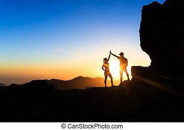 trabajo en equipo, pareja, montañismo, mano que ayuda