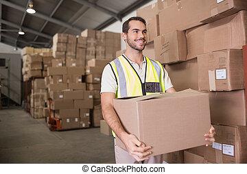 trabalhador, cofre levando, em, armazém