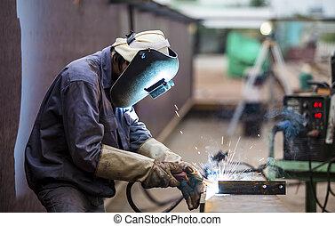 trabalhador, com, máscara protetora, soldadura, metal