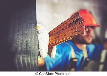 trabalhador, com, medindo ferramenta