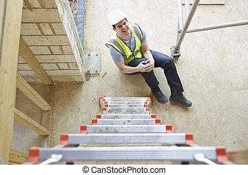 trabalhador construção, caindo, escada, e, ferir, perna