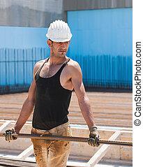 trabalhador construção, carregar, reforço, aço, barras
