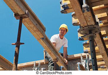trabalhador construção, colocar, formwork, vigas
