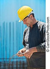 trabalhador construção, corte, fio, com, par alicates