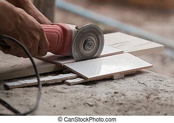 trabalhador construção, corte, um, azulejo, usando, um,...