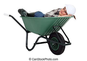 trabalhador construção, femininas, wheelbarrow., dormir