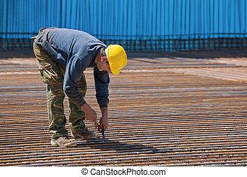 trabalhador construção, instalar, ligando, fios