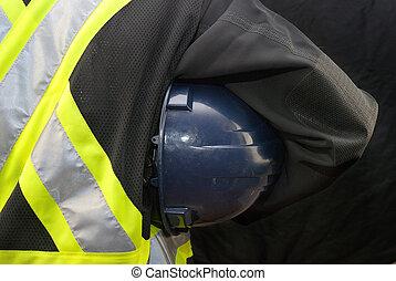 trabalhador construção, segura, chapéu duro, sob, braço