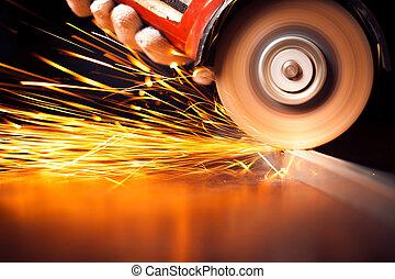 trabalhador, corte, metal, com, grinder., faíscas, enquanto,...