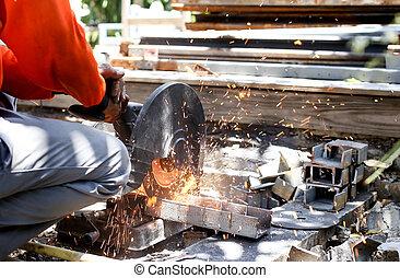 trabalhador, corte, metal, com, serra, disco