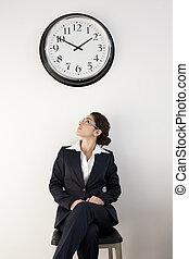 trabalhador escritório, olhar, relógio