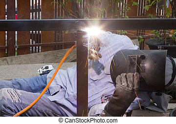 trabalhador industrial, aço soldando, cano, flange, faísca, welding.