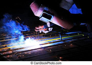 trabalhador industrial, aço soldando, estrutura, em, fábrica, spa