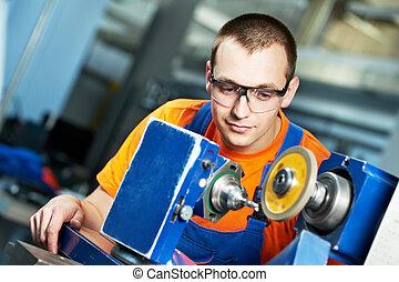 trabalhador industrial, em, afiando, ferramenta máquina