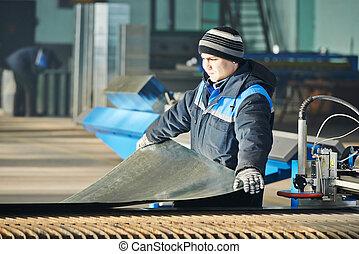 trabalhador industrial, preparar, metal folha, para, plasma, corte, em, oficina