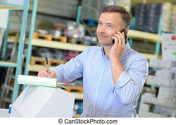 trabalhador, levando, ordem telefone