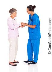 trabalhador médico, saudação, mulher sênior