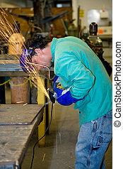 trabalhador metal, usando, moedor