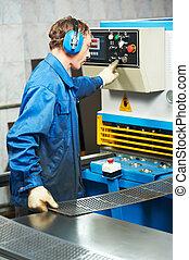 trabalhador, operando, guilhotina, tesouras, máquina