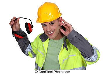 trabalhador, segurando, proteção ouvindo