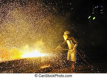 trabalhador, usando, tocha, cortador, cortar, através, metal