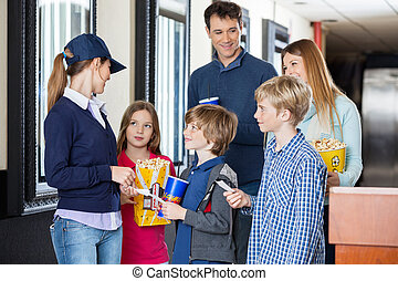 trabalhador, verificar, bilhetes, de, família, em, cinema