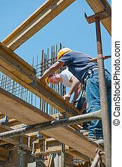 trabalhadores construção, colocar, formwork, vigas