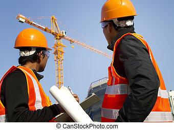 trabalhadores construção, com, guindaste, em, fundo