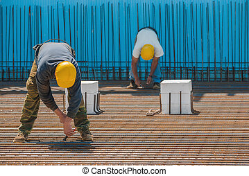 trabalhadores construção, instalar, ligando, fios, para, aço, barras