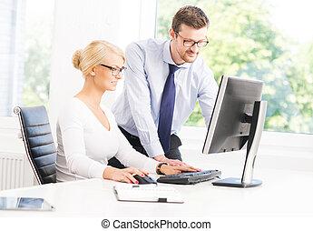 trabalhadores escritório, em, formalwear, trabalhando, usando, computadores