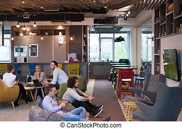 trabalhadores escritório, startup, jogos computador, tocando